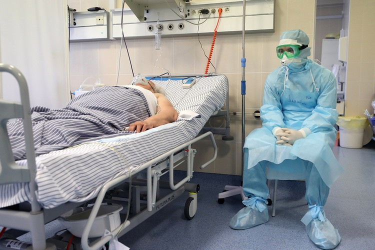 Сотрудники с пациентом в палате интенсивной терапии Республиканской клинической больницы, Казань. Фото: Егор Алеев/ТАСС