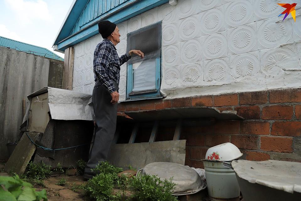 Владимир Иванович показывает, как попали в дом злоумышленники. Фото: Виталий КАРНАУХ