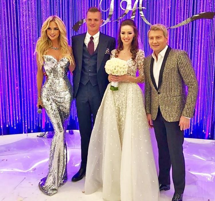 Дмитрий Тарасов, Анастасия Костенко с ведущими свадьбы Викторией Лопыревой и Николаем Басковой.