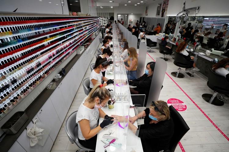 Обросшие, раздобревшие - итальянцы массово забронировали места в салонах красоты.