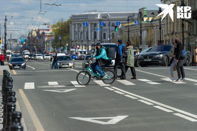Недавно в Санкт-Петербурге сняли часть коронавирусных ограничений, и количество людей и машин на улицах возросло в разы.