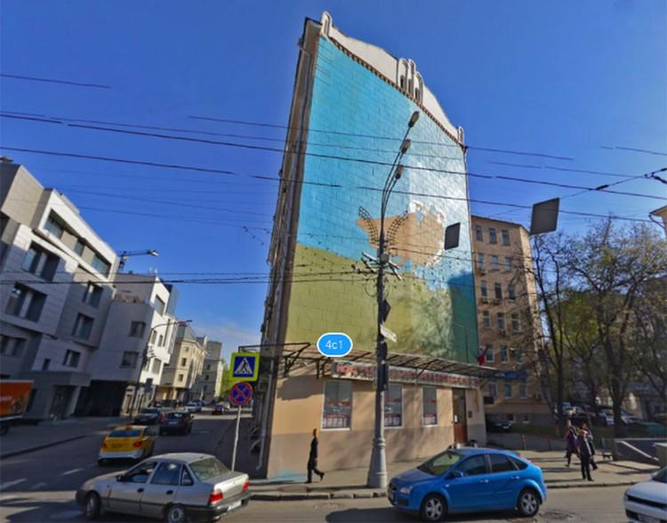 """Это здание хранит на себе отпечаток исчезнувшей башни, """"вонзившейся"""" в стену."""