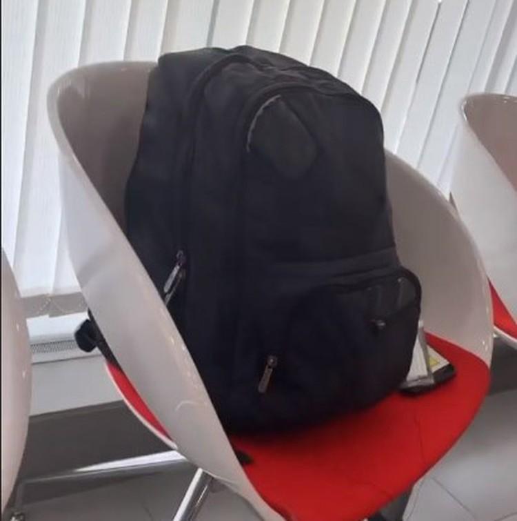 Заложник Федор Пименов все это время вел трансляцию из отделения банка. Так выглядит рюкзак захватчика, в которым якобы была бомба.