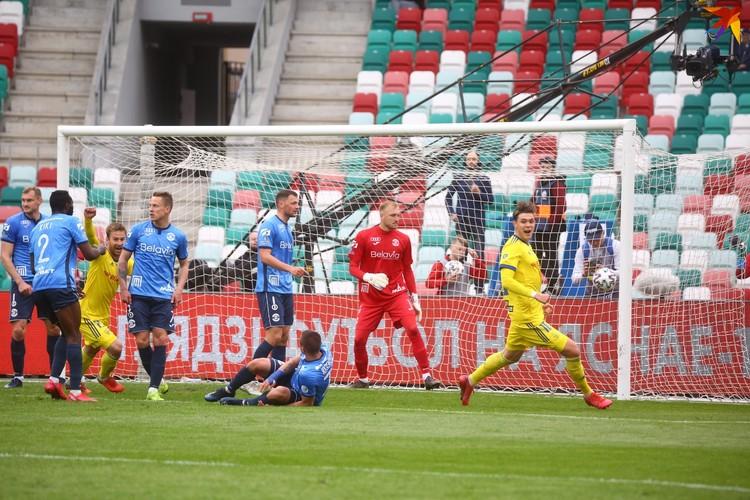 Захар Волков (за кадром) забил решающий мяч.