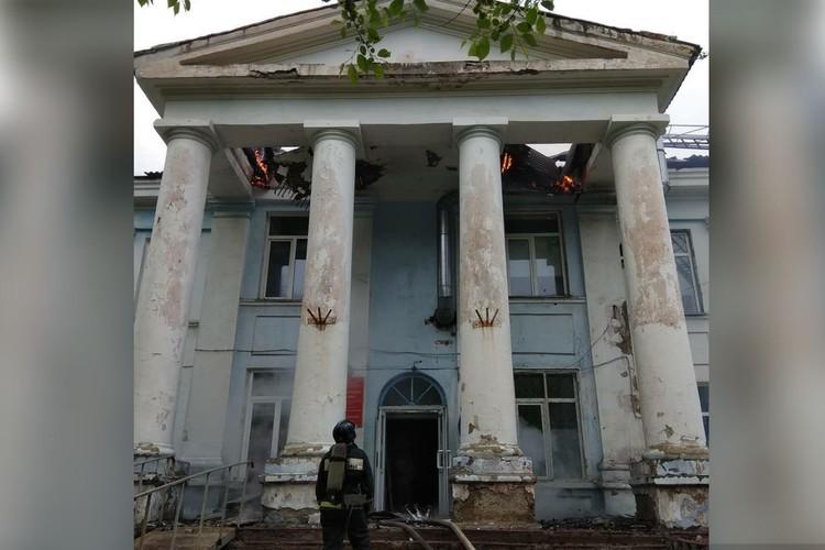 Главная городская больница серьезно пострадала во время пожара. Фото: администрация Партизанского ГО.