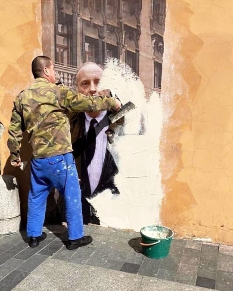 Рабочий спокойно закрасил портрет поэта, несмотря на давление общественности. Фото: СОЦСЕТИ