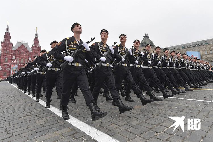 Военнослужащие парадных расчетов на Красной площади во время Парада Победы 2019 года.