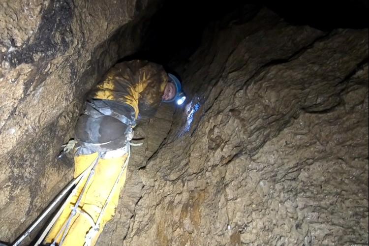 В пещеру-колодец могут спуститься те, кто имеет специальные навыки. Фото: кадр видео Анатолия Пряшникова