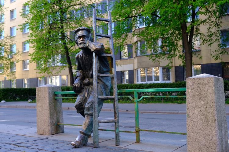 На улице Одесской есть памятник настоящему петербургскому фонарщику .