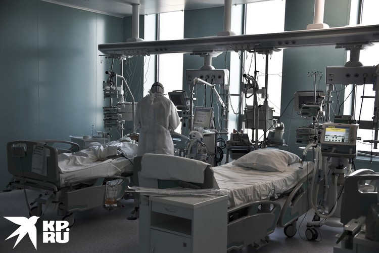 Врачи круглосуточно дежурят возле больных.