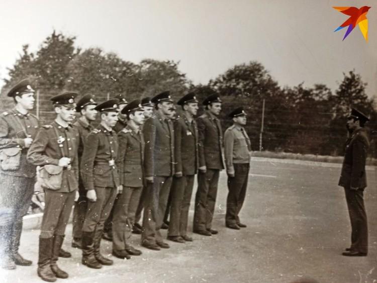 Анатолий Муриенко отдает первый приказ пограничному наряду на КПП Козловичи в 1984 году. Фото: из архива А.П. Муриенко для «КП»