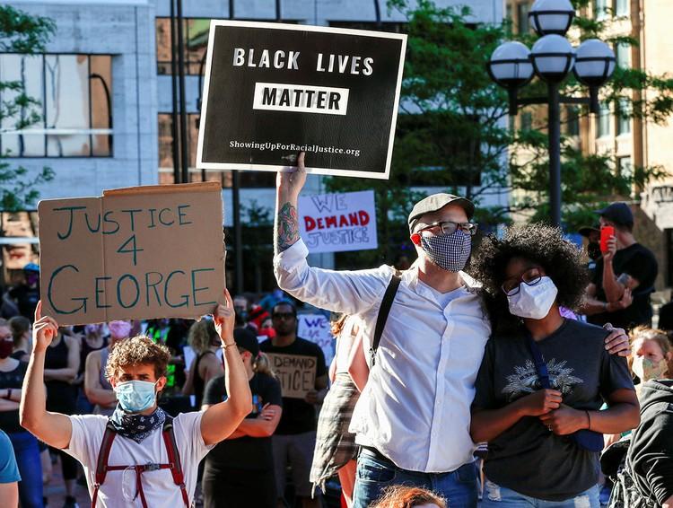 """Самые популярные лозунги у протестующих - """"Жизни черных имеют значение!"""" и """"Правосудие для Флойда!""""."""