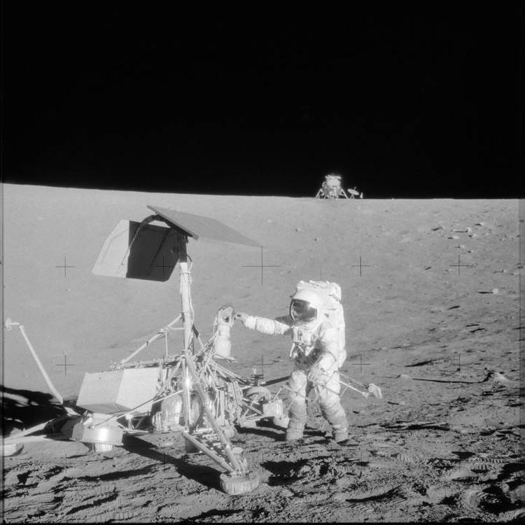 На этом снимке известно кто - Чарльз Конрад: осматривает автоматическую станцию Сервейер-3.