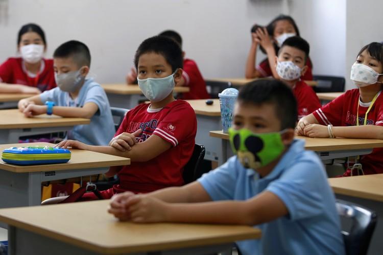 Исследования вьетнамских ученых показало, что 43% заболевших COVID-19 переносили болезнь бессимптомно, поэтому своевременная изоляция людей, контактировавших с ними, помогла предотвратить широкое распространение заразы.