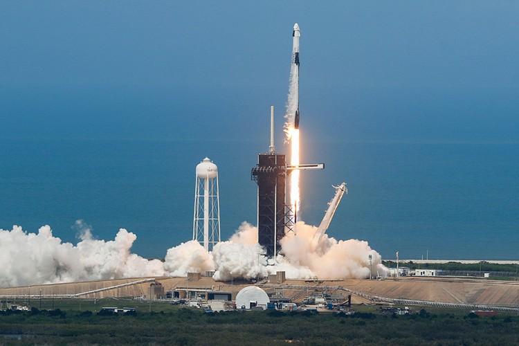 Новый космический корабль Crew Dragon ушел в небо