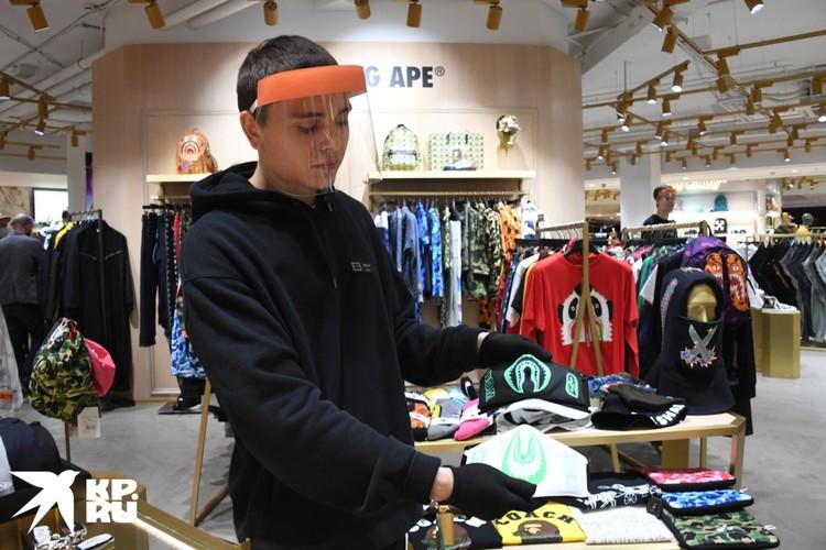 Модные дизайнерские маски удалось найти только одном в магазине - Philipp Plein. Цена, конечно, не бюджетная - 4300 рублей.