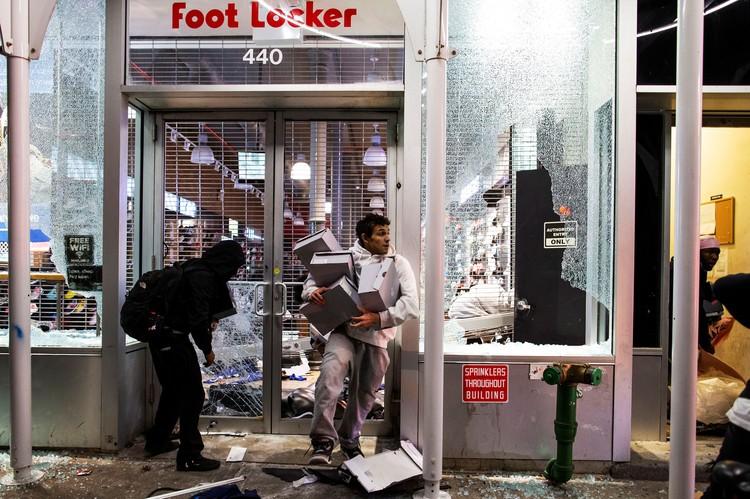 Народ съехался грабить магазины со всех окрестных штатов.