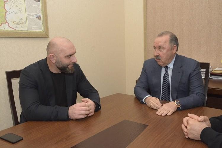 К депутату часто приезжают в гости люди из спорта. Например, депутат ГД РФ и титулованный тренер Валерий Газаев
