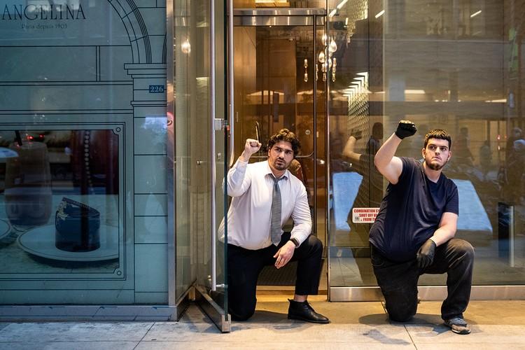 Работники одного из магазина Манхеттена опустились перед протестующими на колено.