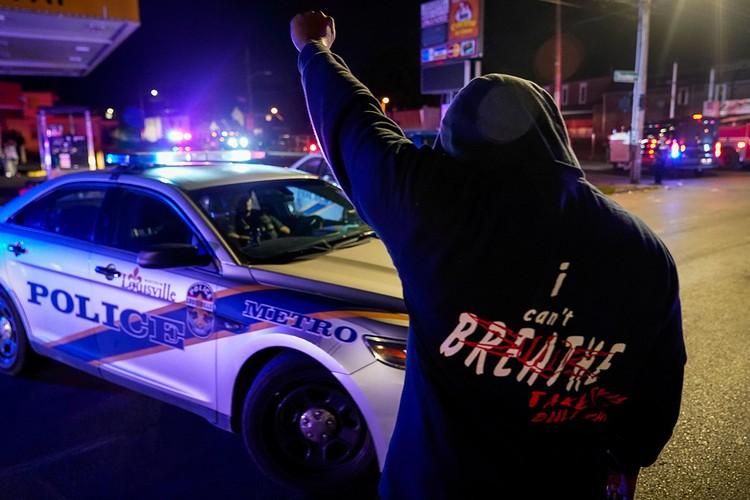 Уличный протест в Луисвилле, штат Кентукки.