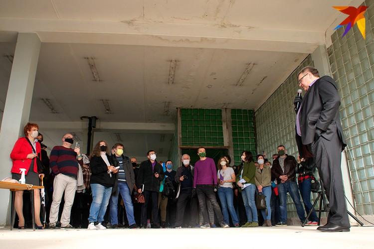 Побеседовать с претендентом собралось около 150 человек. Фото: Сергей СЕРЕБРО.