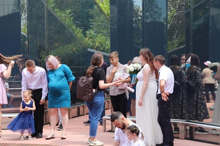 Молодоженам посчастливилось устроить фотосессию в первый день открытия парка Краснодар после карантина