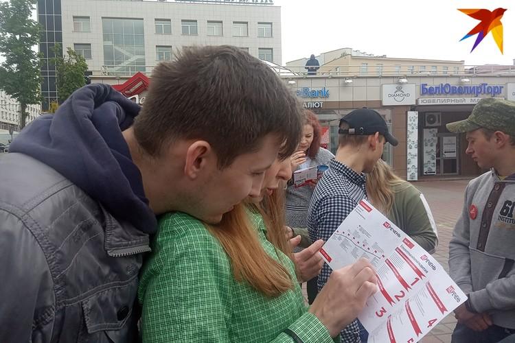 Жители Витебска подходили, задавали вопросы, знакомились с программными тезисами кандидата в кандидаты.