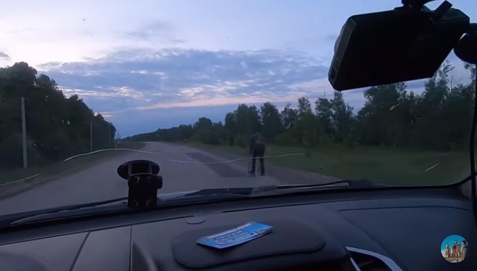 Хорошо, что Алексей не проехал мимо и остановился! (Фото: скрин с видео).