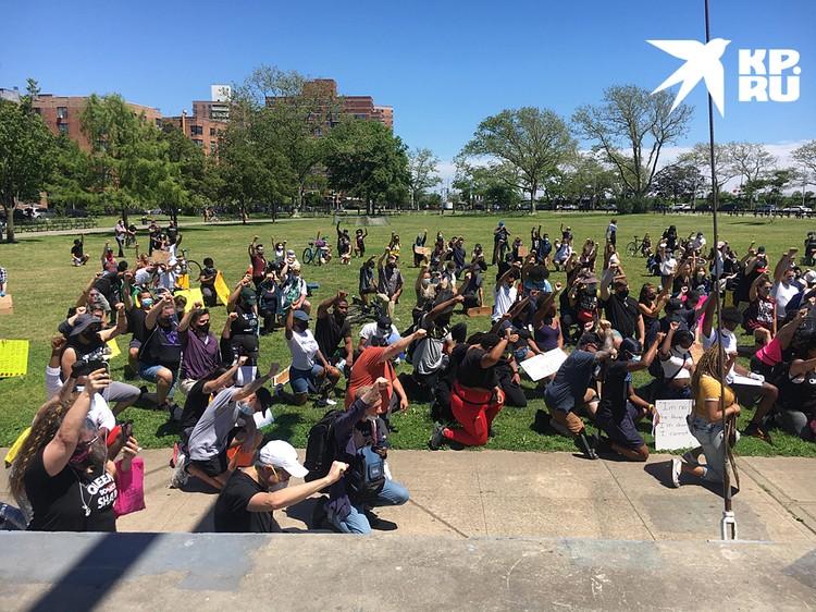 В парке, на границе между русскоязычными кварталами и теми, где живут темнокожие, собиралась толпа для шествия в память о погибшем Джордже Флойде