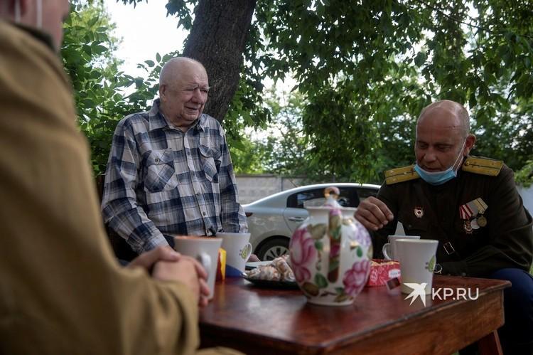 Александра Николаевича поздравили не только с 75-летием Победы, но и с 95-летием. День рождения у него прошел 15 июня.