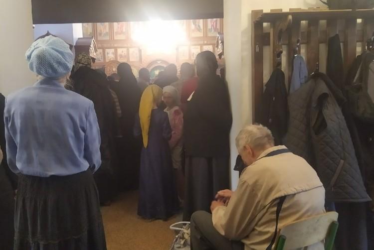 На Таинство Соборования к отцу Сергию пришло более ста человек - все без медицинских масок.