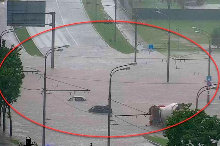 Машины плывут по проспекту Вернадского. Фото: ЦОДД
