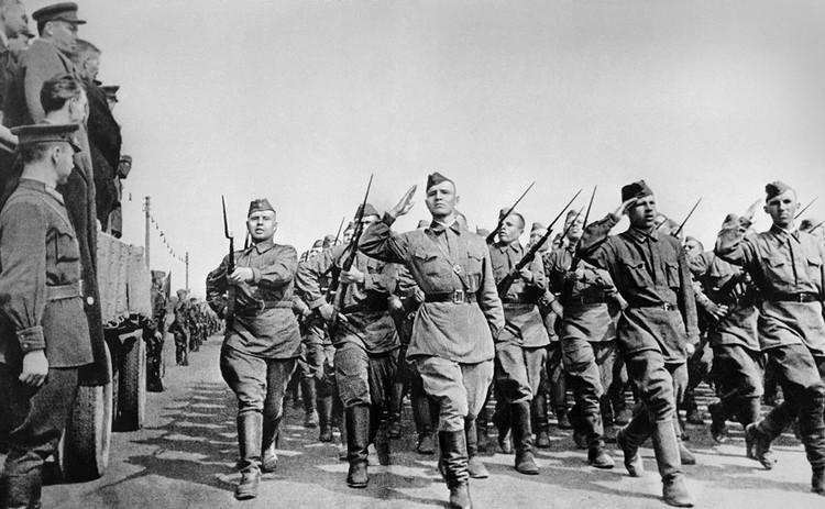 Солдаты направляются на фронт. Москва, 1941 год. Фото: ТАСС