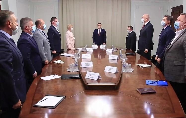 Минута молчания на совещании у главы региона Алексея Текслера. Фото: gubernator74.ru