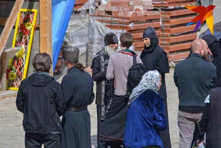 Отец Сергий в окружении монахинь в Среднеуральском женском монастыре.