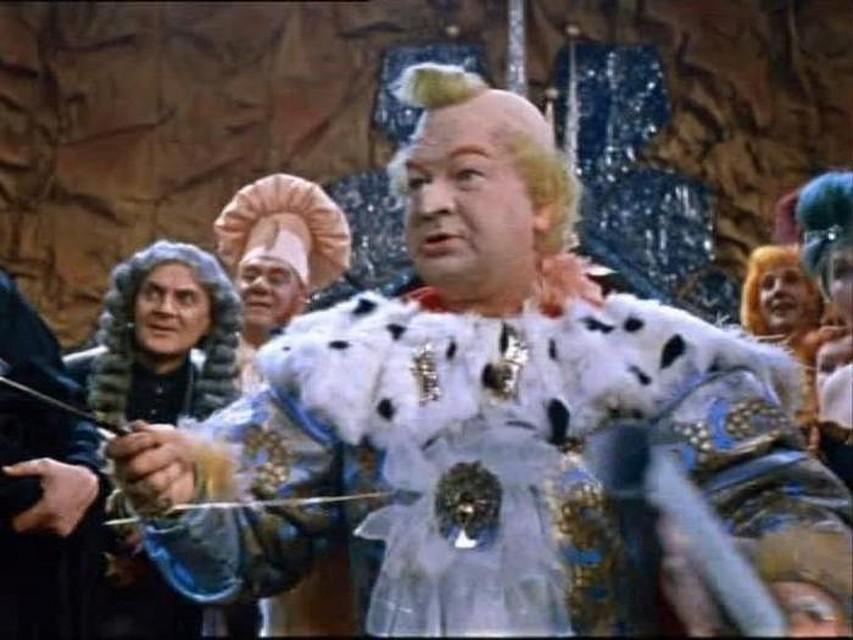 фильм Романов (слева) в роли придворного в сказке «Королевство кривых зеркал». Фото: Кадр из фильма