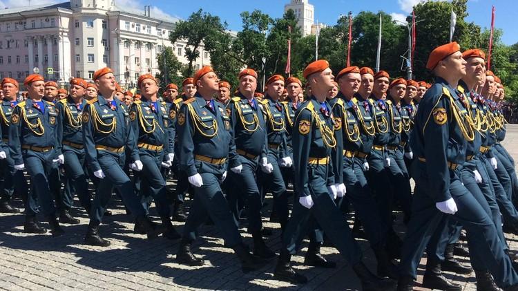Участники парада маршировали нога к ноге