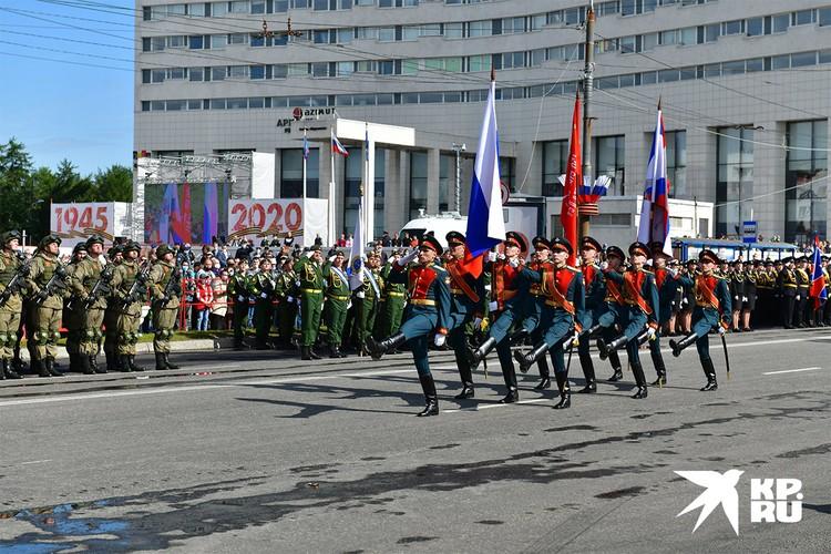 В Мурманске и Североморске в военных парадах задействовали около полутора тысяч человек.