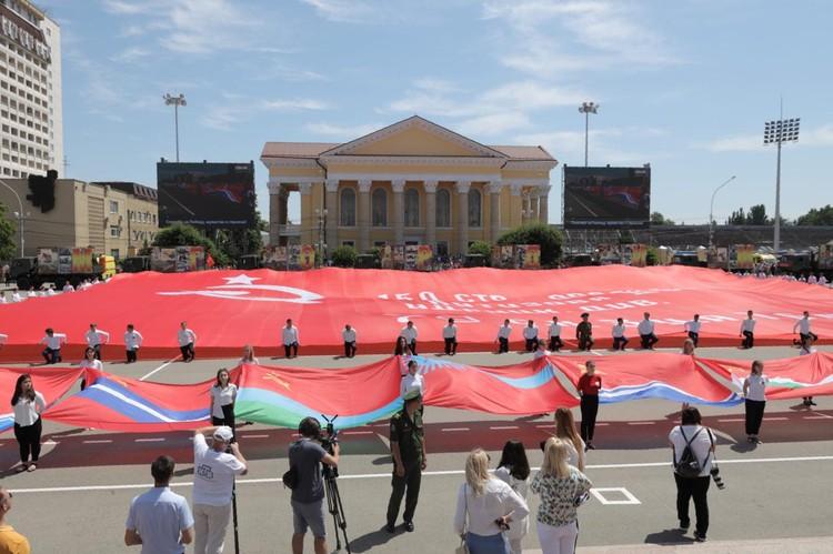 В Ставрополе развернули самое большое в стране Знамя Победы, общей площадью в 15 тысяч м2. Фото администрации города