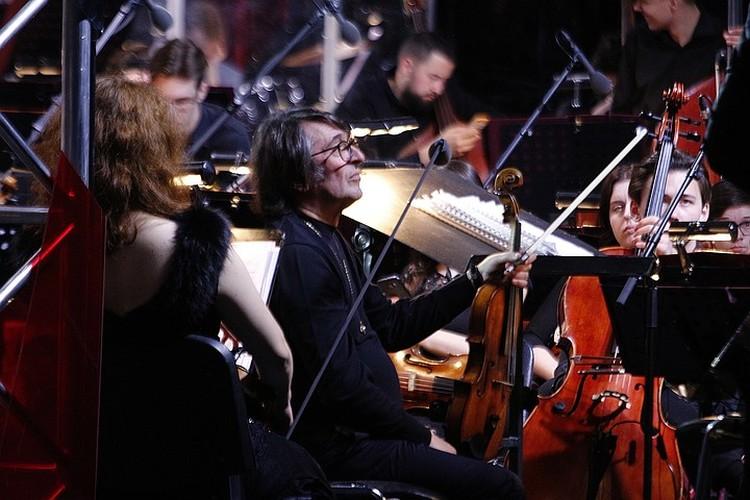 Юрий Башмет организовал этот концерт на выигранный им президентский грант. Он и его юношеский оркестр сегодня на сцене.