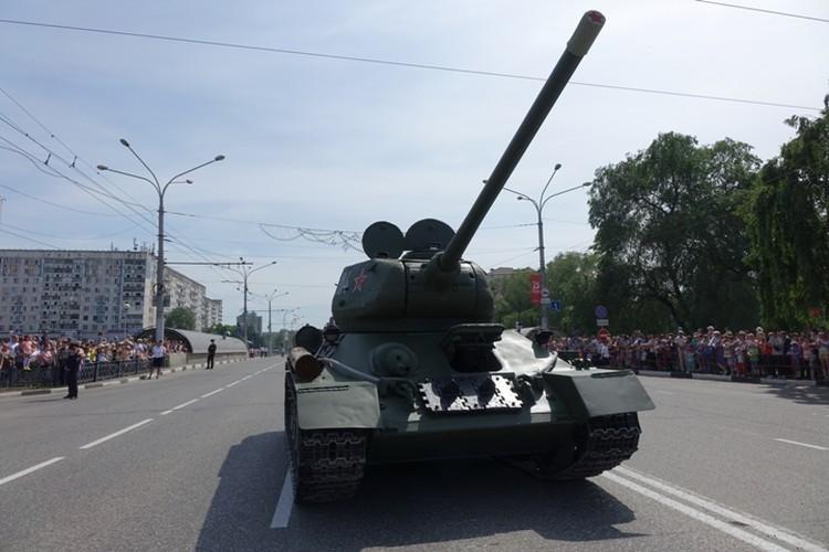 Грозный танк прошел по улице Кирова в Новокузнецке.