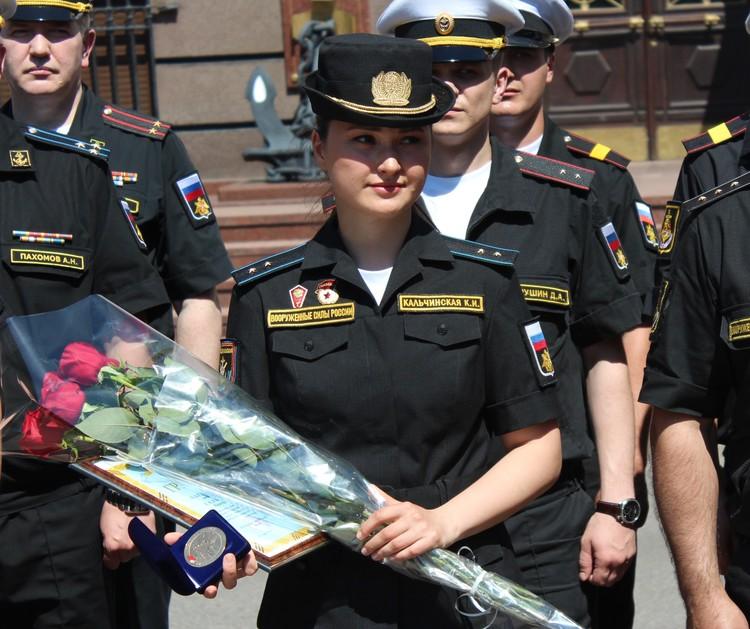 В торжественной обстановке Ксении вручили почетную грамоту.