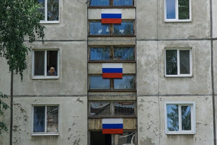 Флагами дом украсили к Дню Победы. Так и оставили