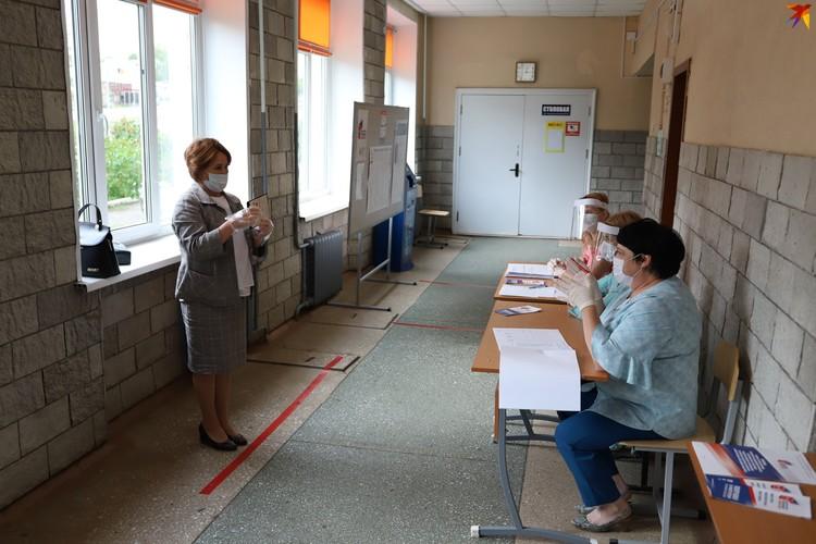 Участник голосования может показать паспорт на безопасном расстоянии, чтобы минимизировать контакты с комиссией
