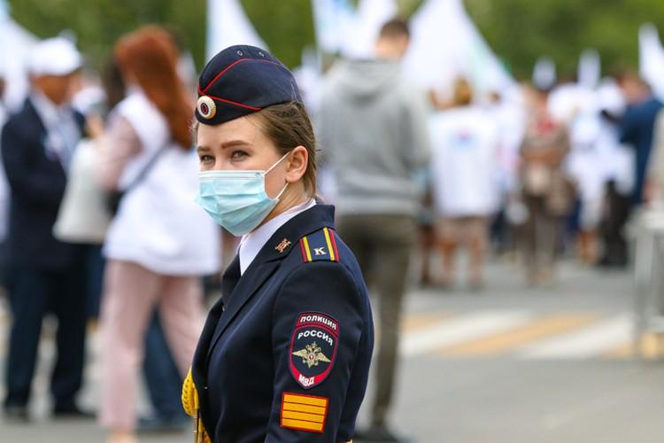 За порядком на параде медиков следили вот такие юные курсанты МВД