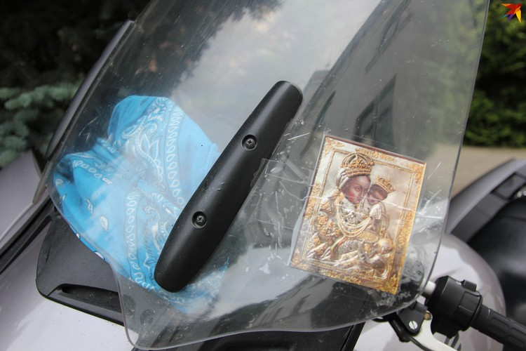 На мотоцикле - иконки из мест, в которых мотопилигримы уже побывали. Фото: Артур РОГАЛЬСКИЙ