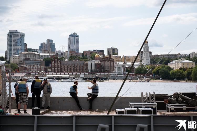 Сцена находится в 200 метрах от берега.