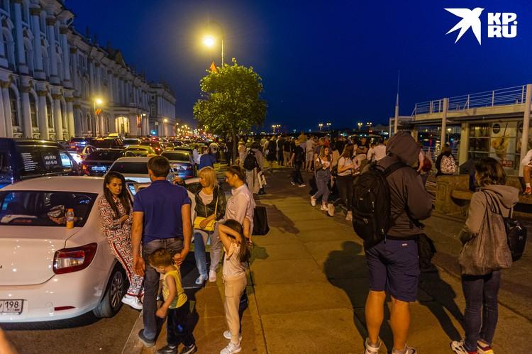 Праздник вызвал ажиотаж в Санкт-Петербурге - особенно в центре, где на Дворцовой набережной, Дворцовой площади и подступах к ним собрались гигантские толпы людей.