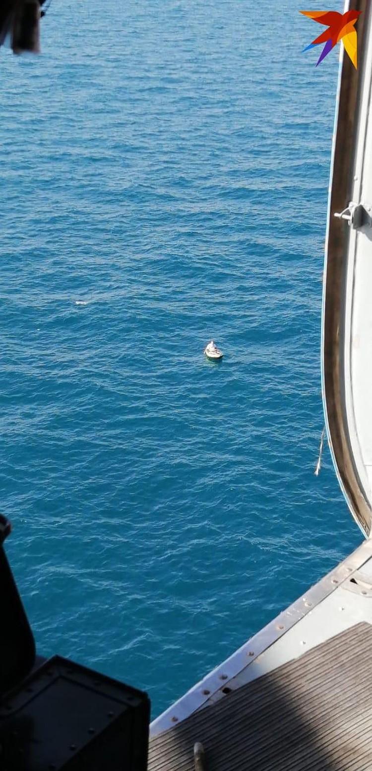 Лодку с мужчиной и мальчиком нашли в 25 километрах отберега