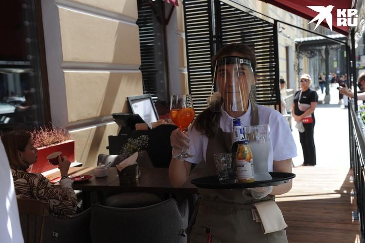 """Кое-где официантки вместо масок носят защитные экраны. В них удобнее дышать, хотя пластиковое """"забрало"""" больно бьет по носу."""